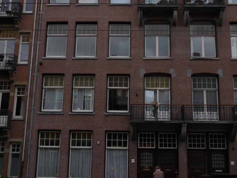 Meisje op balkon, vader komt thuis