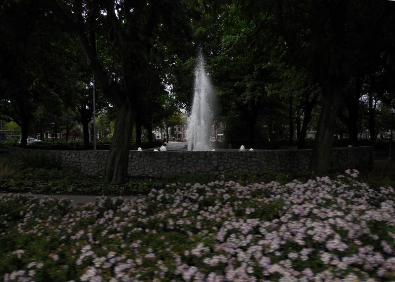 De fontein tussen de bomen van het Frederiksplein